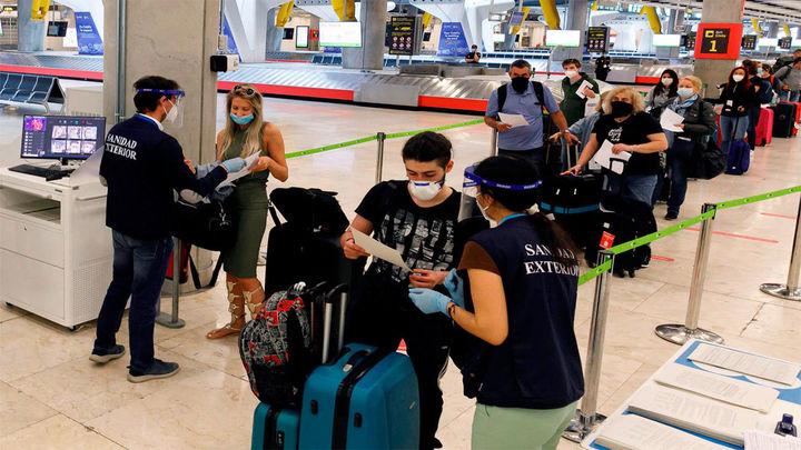 """Ábalos niega que Barajas sea un """"coladero"""" y Montero carga contra el PP por pedir test a los viajeros"""
