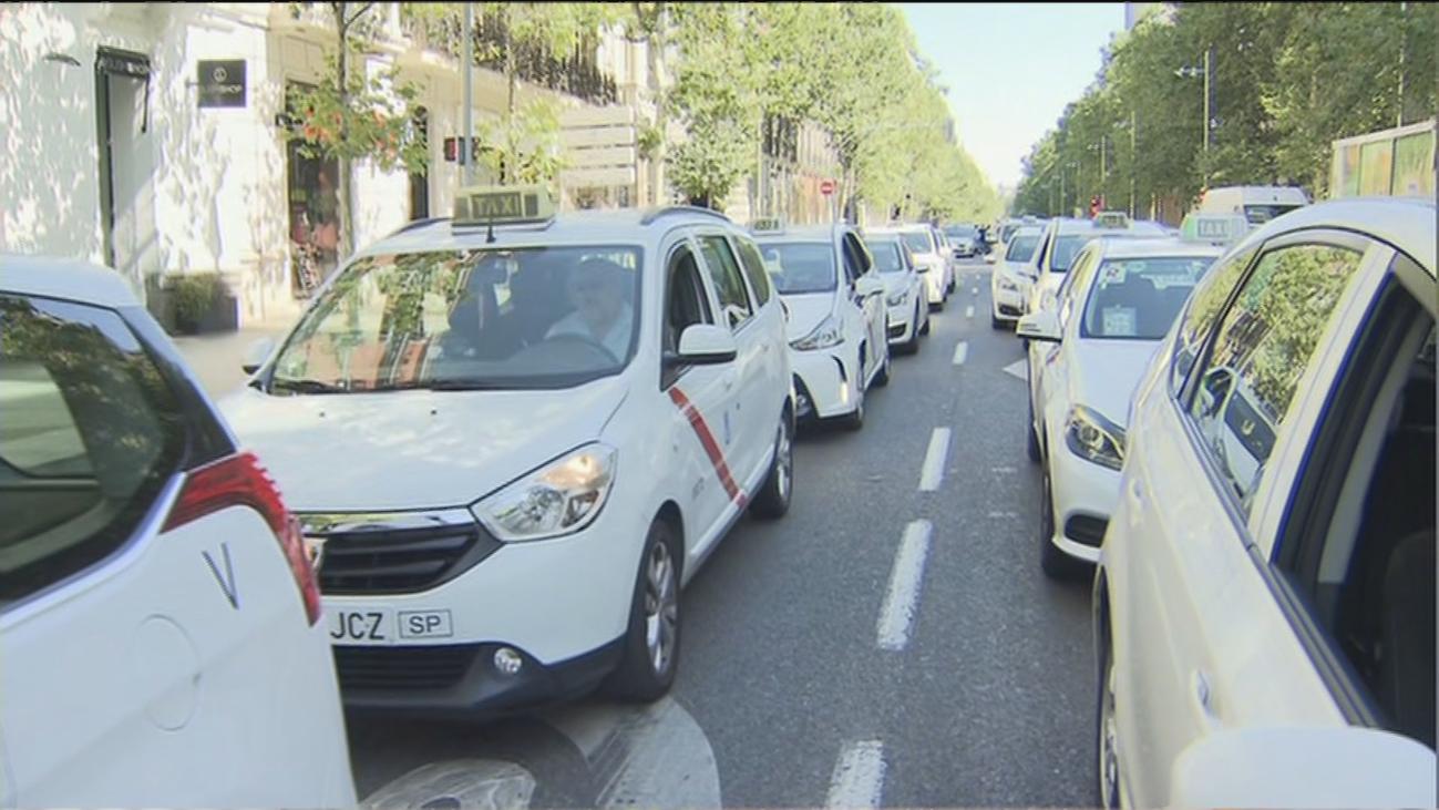 Los taxistas colapsan Madrid para reclamar una limitación del trabajo ante la falta de clientes