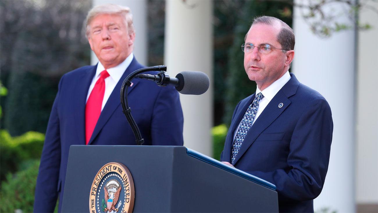 El secretario de Salud de Estados Unidos, Alex Azar, junto al presidente estadounidense, Donald J. Trump