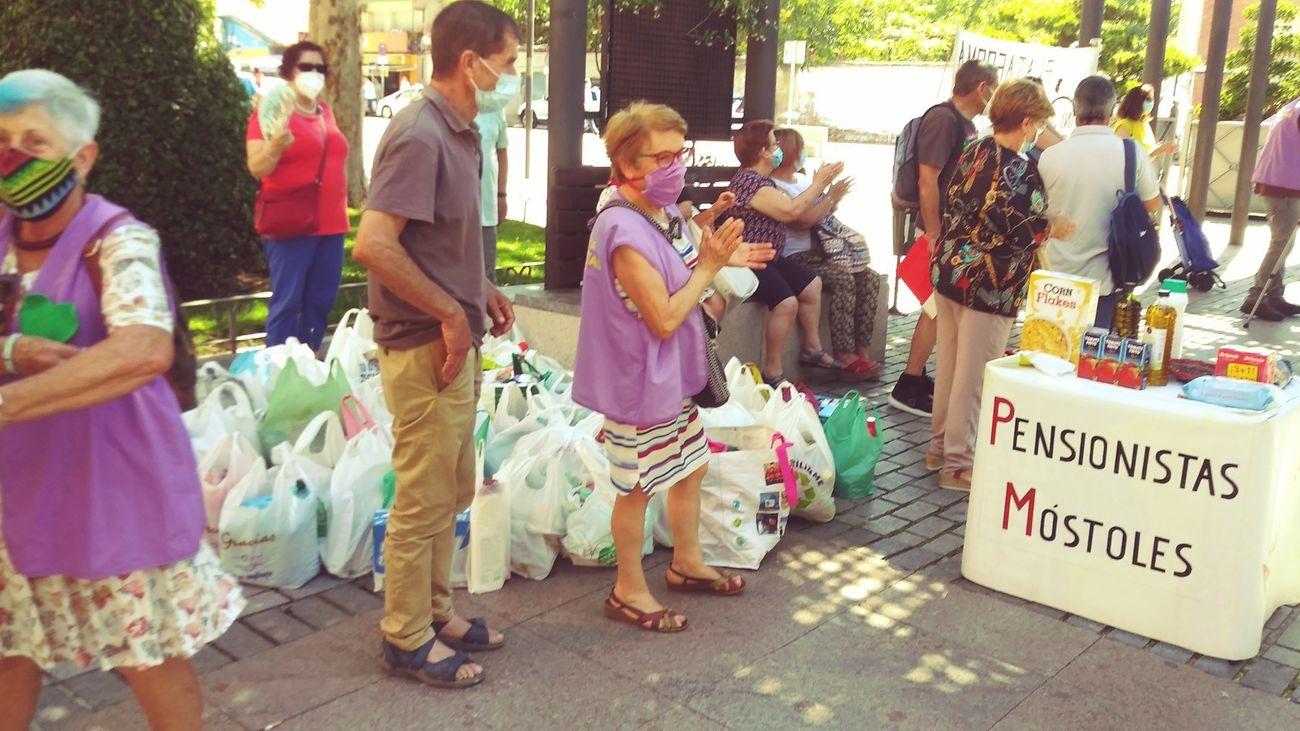 Pensionistas de Móstoles recogiendo alimentos