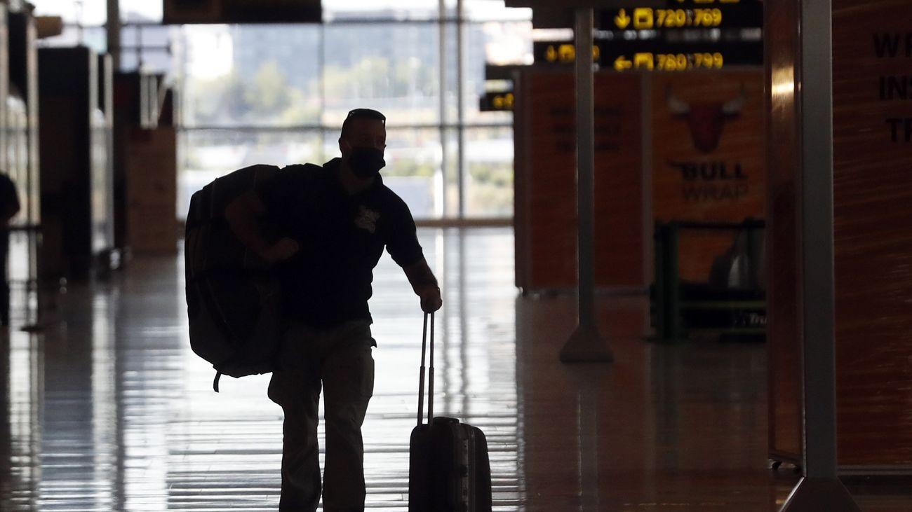 Un pasajero en el aeropuerto de Barajas