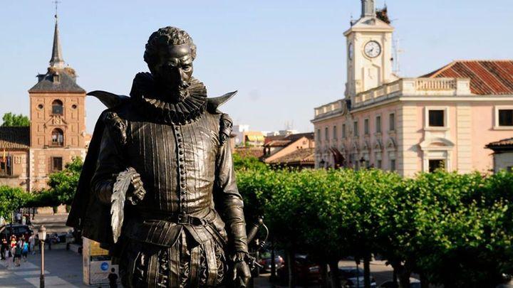 Alcalá realiza un lavado de cara a la escultura de Miguel de Cervantes