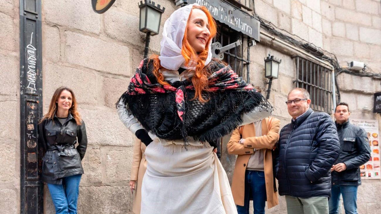 Una actriz recrea un pasaje de a vida del escritor Benito Pérez Galdós en las calles del centro de Madrid