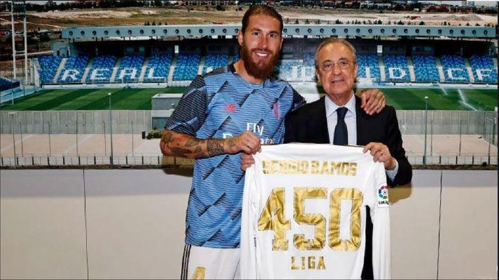 Florentino entrega a Ramos una camiseta conmemorativa por sus 450 partidos