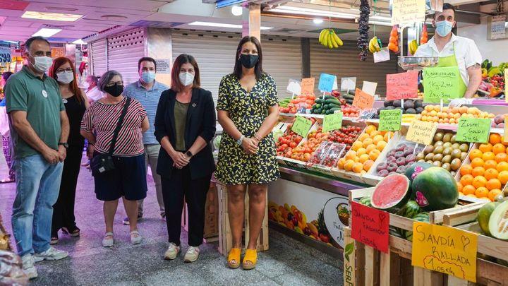 La alcaldesa de Móstoles muestra su apoyo a los comerciantes en una visita al Mercado de la Constitución