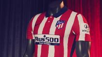 Cuello clásico y rayas rojo ardiente en la equipación 2020-21 del Atlético