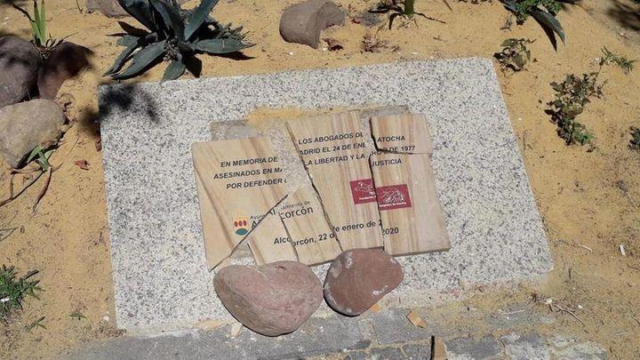 Destrozan la placa de homenaje a los Abogados de Atocha en Alcorcón