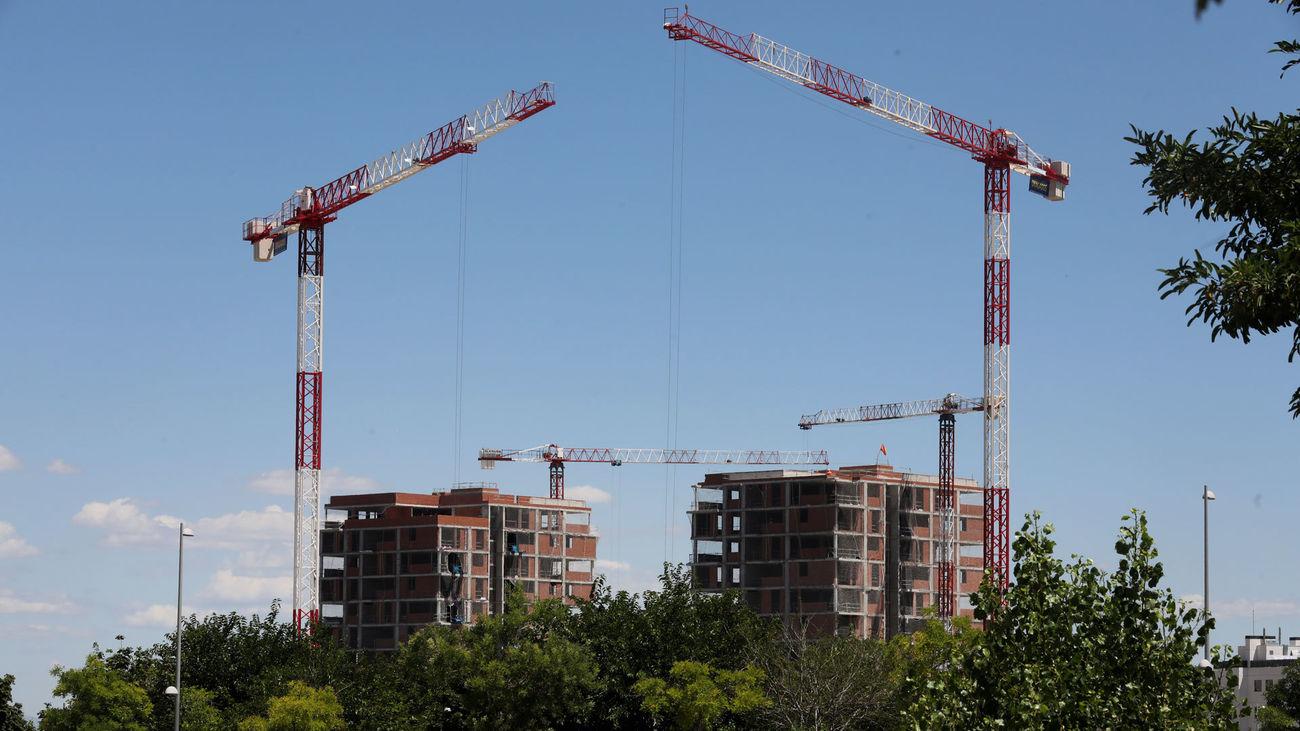 Grúas de obra en una promoción de vivienda nueva en Madrid