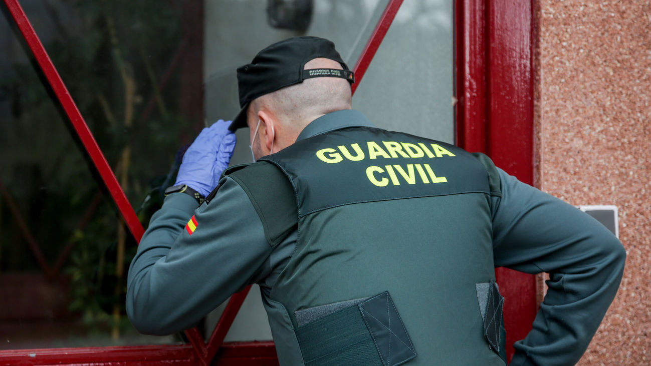 Un agente de la Guardia Civil observa el Albergue Juvenil Los Batanes, en Rascafría, durante el confinamiento por la covid-19