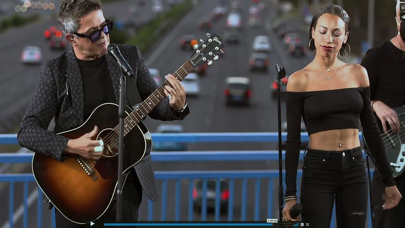 Alejandro Sanz da un concierto sorpresa en la M-30... y su placa en Moratalaz 'amanece' con pintadas