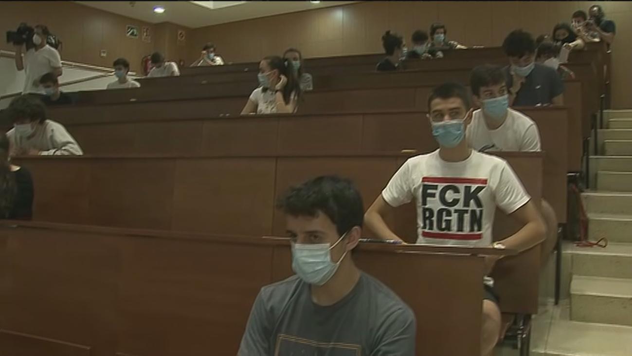 Comienza en Madrid la EvAU de la pandemia y ni la mascarilla tapa los nervios de los estudiantes