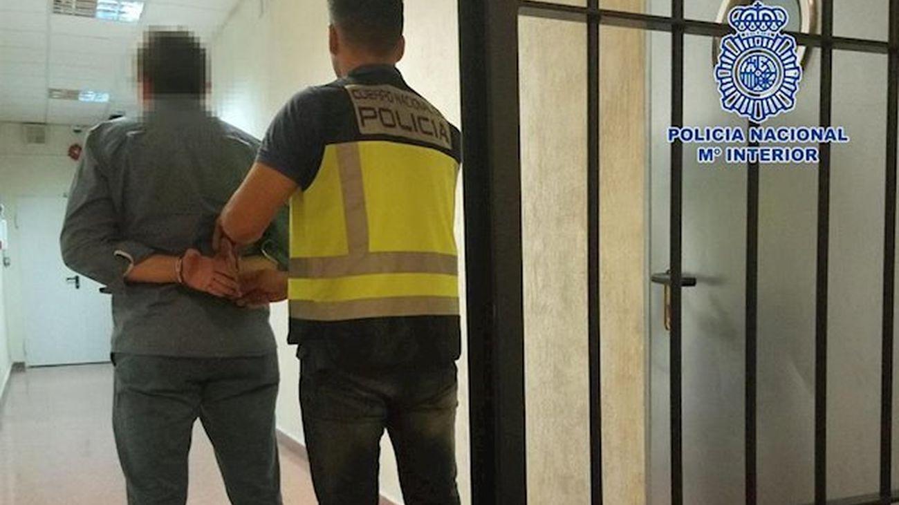 La Policía Nacional conduce a un detenido