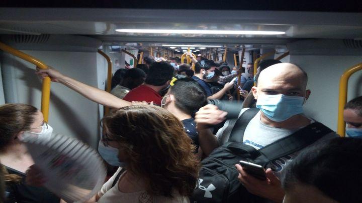 Quejas de viajeros de Metro de Madrid por estar parados en un tren 13 minutos tras un robo