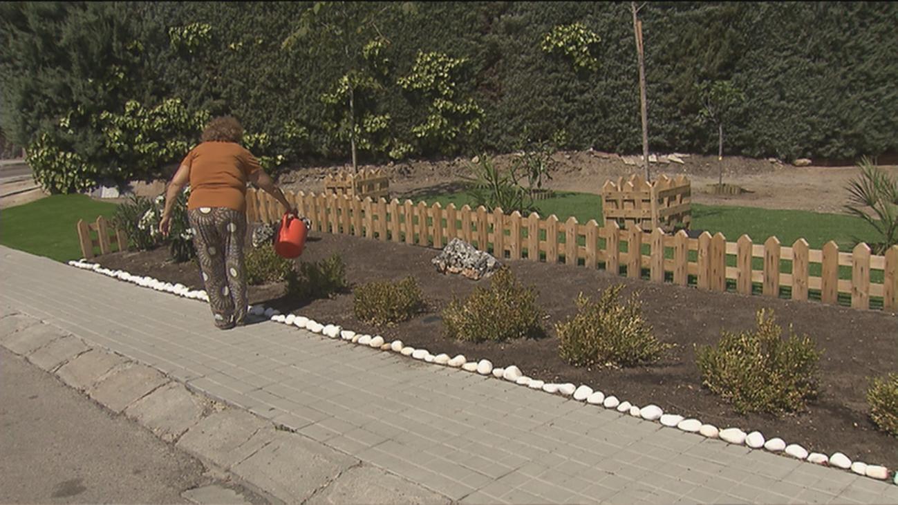 Los vecinos de cuatro viviendas de Parque Coimbra levantan un hermoso jardín donde antes hubo maleza
