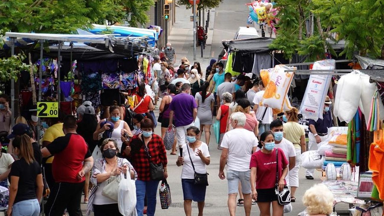 Un grupo de personas compran con mascarilla