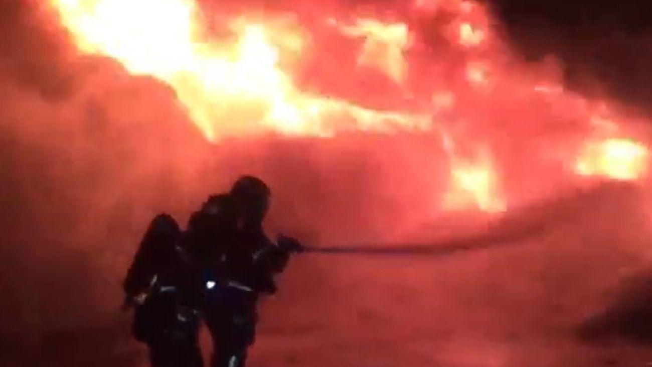 Bomberos de Alcorcón sofocando el fuego
