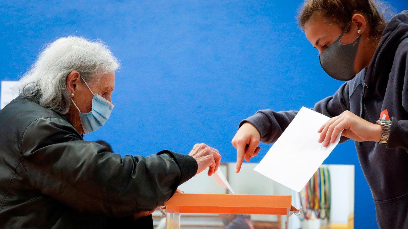 Una mujer ejerce su derecho al voto en San Sebastián