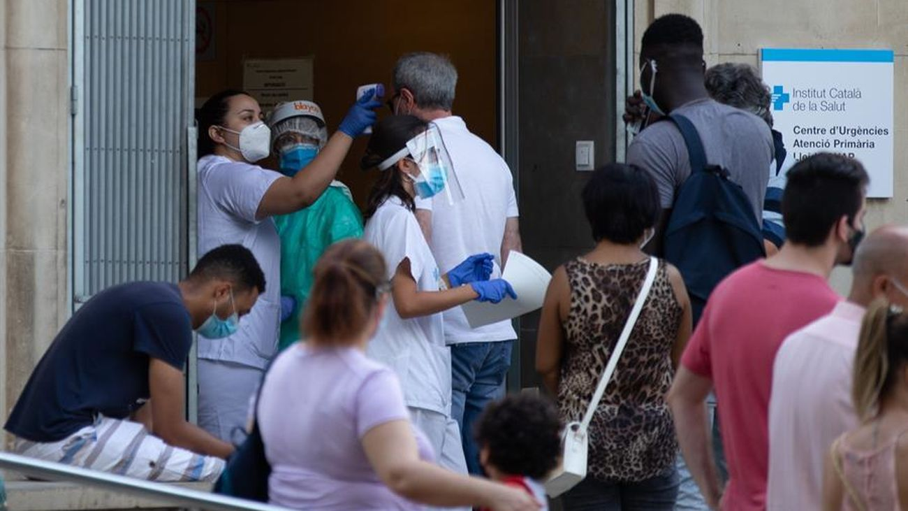 Una enfermera comprueba la temperatura a los pacientes que entran en el CAP Prat de la Riba de Lleida, donde se centraliza la atención a los posibles afectados por la covid-19