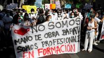 """Centenares de médicos MIR se manifiestan en Madrid contra la """"explotación"""""""