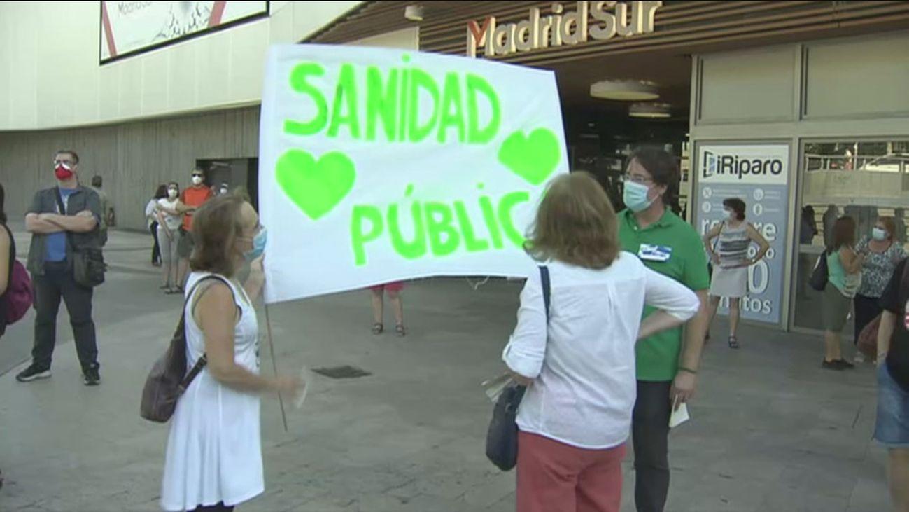Colectivos por la sanidad pública piden frente a la Asamblea la dimisión de Ayuso