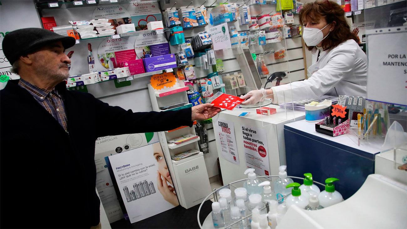 La Comunidad entrega dos mascarillas gratis en Farmacias a los mayores de 65 años