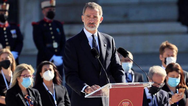 Centenares de personas respaldan al rey aplaudiendo desde sus casas en Madrid