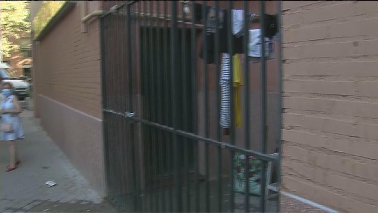 Vecinos denuncian a unos 'okupas' violentos que venden droga en San Blas
