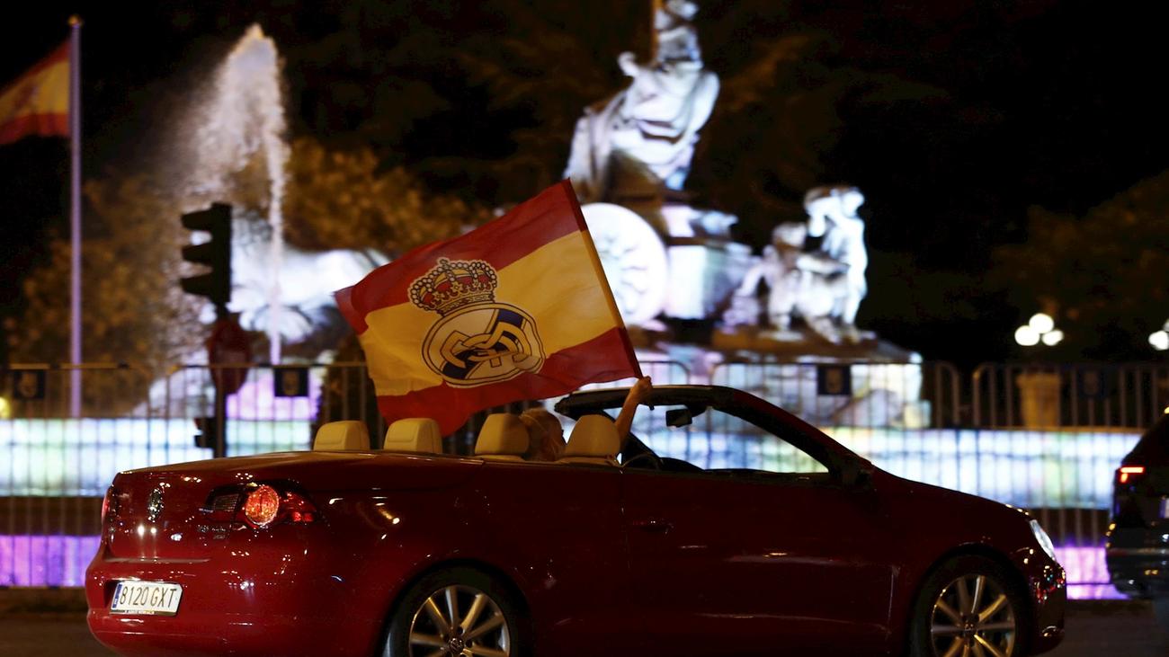 Ejemplar celebración de LaLiga de los madridistas en la Plaza de Cibeles desde sus coches