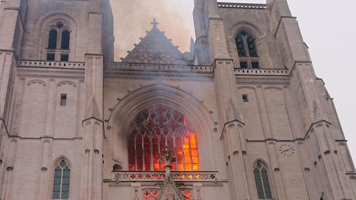 Los bomberos controlan el incendio en la catedral de Nantes