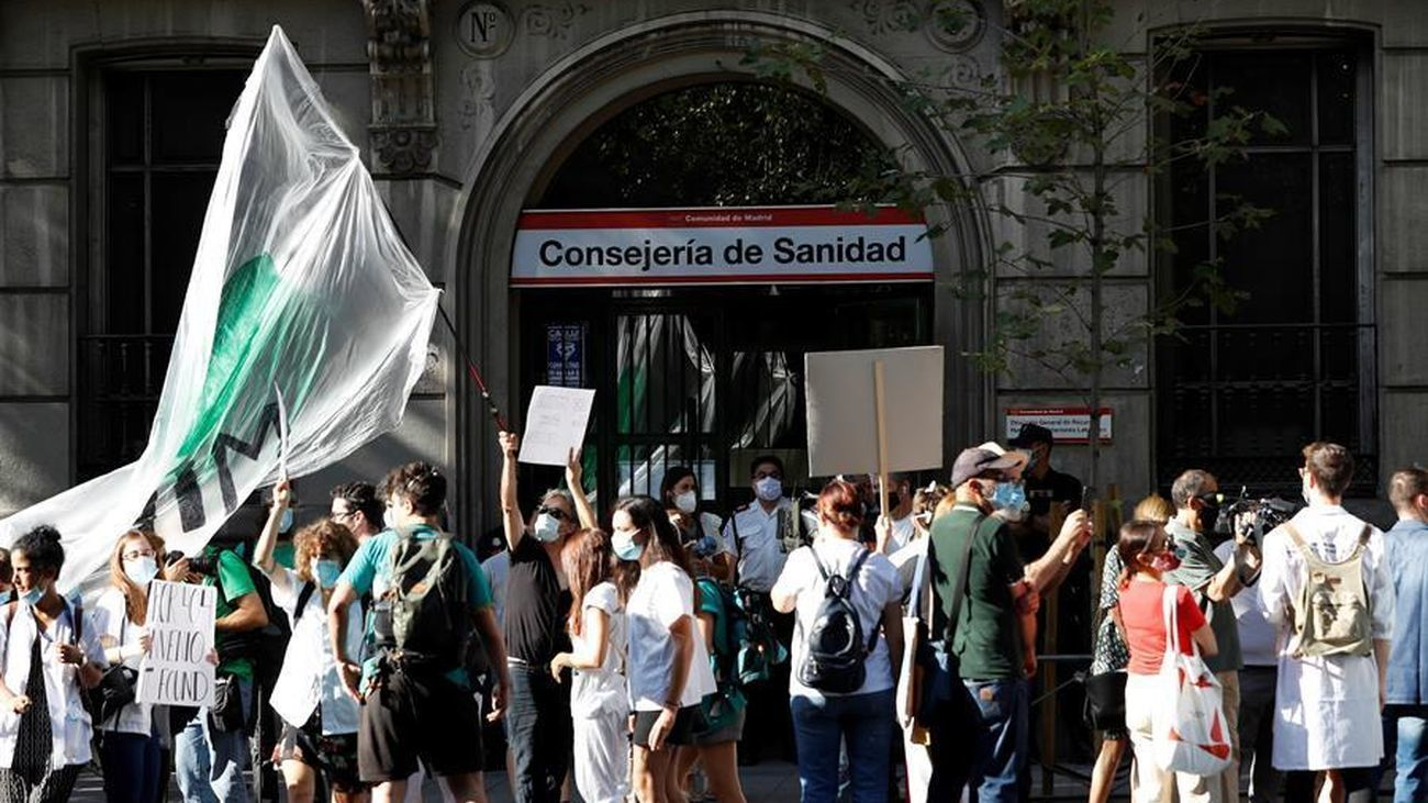 Un grupo de MIR protestan en las puertas de la Consejería de Sanidad