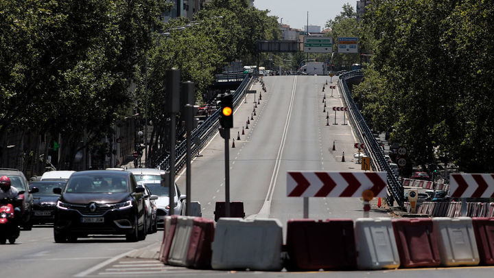 El paso peatonal bajo el viaducto de Joaquín Costa se mueve 40 metros este lunes