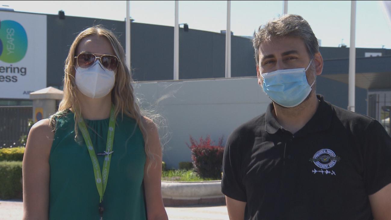 Lorena y Diego, las caras  de la amenaza de los despidos  de Airbus en su planta de Getafe