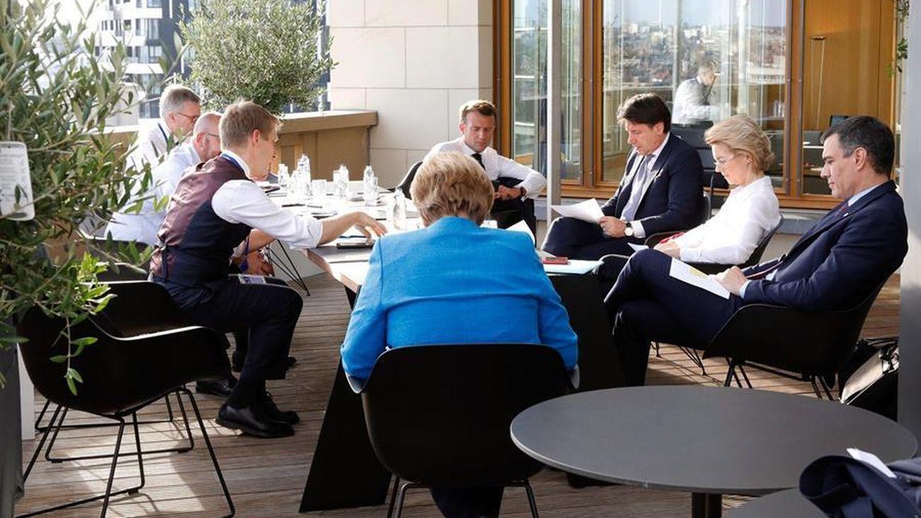 El presidente del Gobierno español, Pedro Sánchez (d), junto a la presidenta de la Comisión Europea, Ursula von der Leyen (2d), el primer ministro italiano, Giuseppe Conte (3d), el presidente francés Emmanuel Macron (4d), y la canciller alemana Angela Merkel (c), entre otros, durante la segunda jornada de la cumbre de los líderes de la Unión Europea (UE
