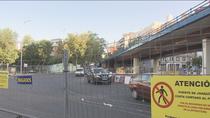 Conductores, comerciantes y vecinos se arman de paciencia ante el desmontaje del puente de Joaquín Costa