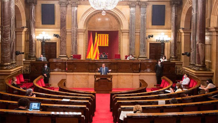 """El Parlament tacha el 155 de """"golpe de Estado"""" y pide la abdicación del rey"""