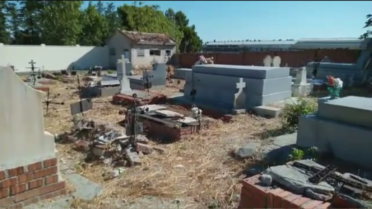 """El cementerio de Villaverde Alto, en pésimas condiciones: """"Lamento tener enterrada a mi familia aquí"""""""