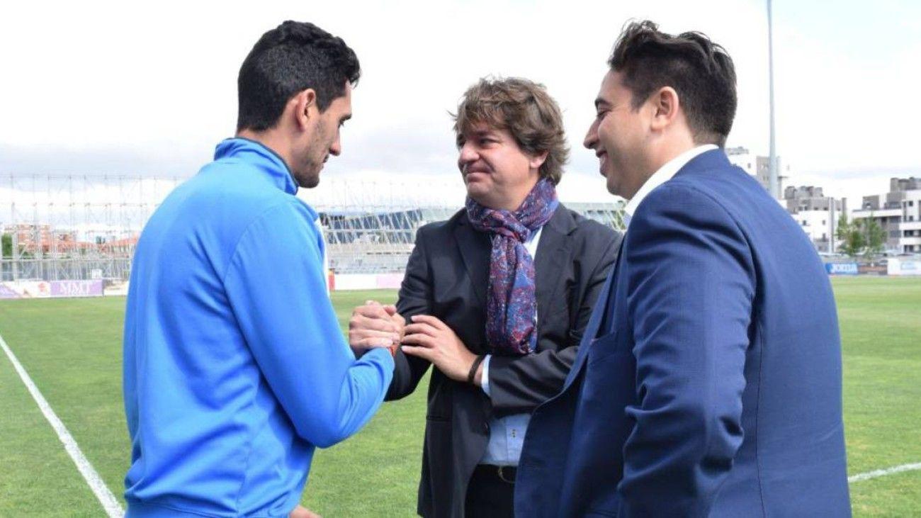 El alcalde de Fuenlabrada con el presidente y un jugador del CF Fuenlabrada
