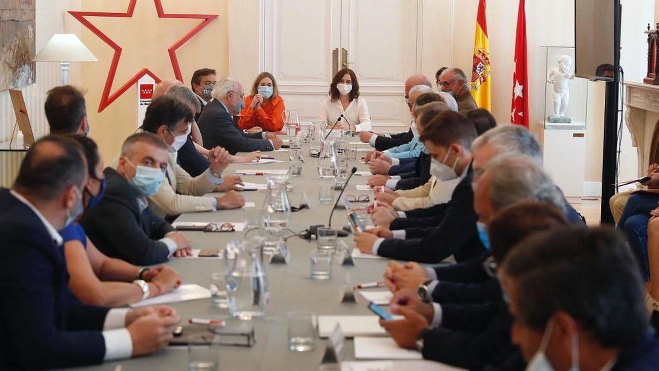 Reunión de la presidenta regional de Madrid con el sector turístico
