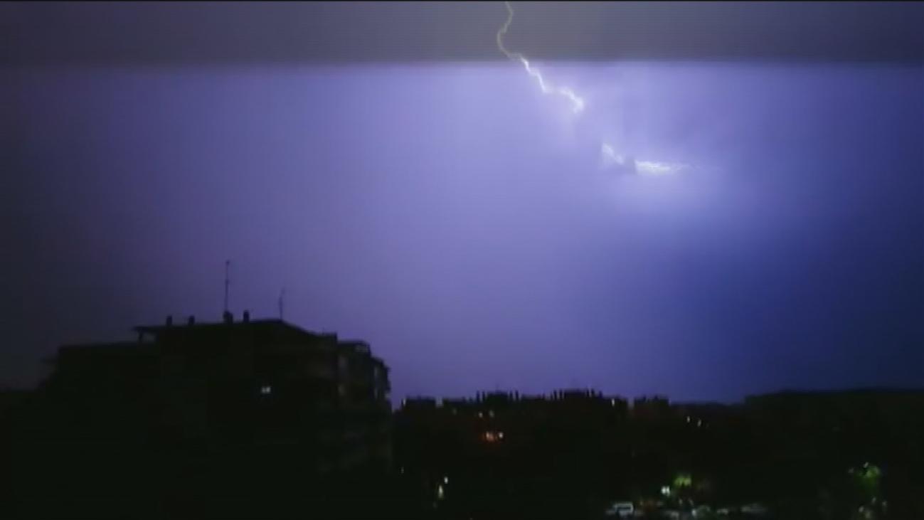 Noche de fuertes tormentas en Madrid, que se olvida por un día del aviso amarillo por el calor