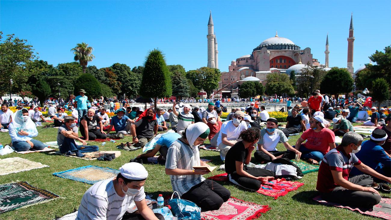 Miles de fieles en el primer rezo musulmán en Santa Sofía