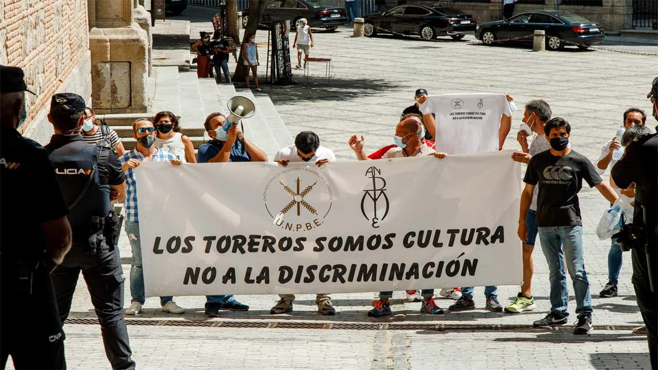 El mundo taurino protesta contra la ministra de Trabajo en Toledo