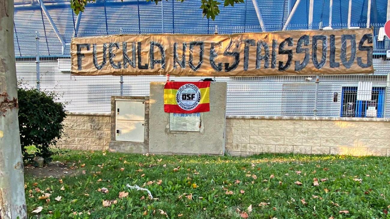 Pancarta en apoyo al CF Fuenlabrada