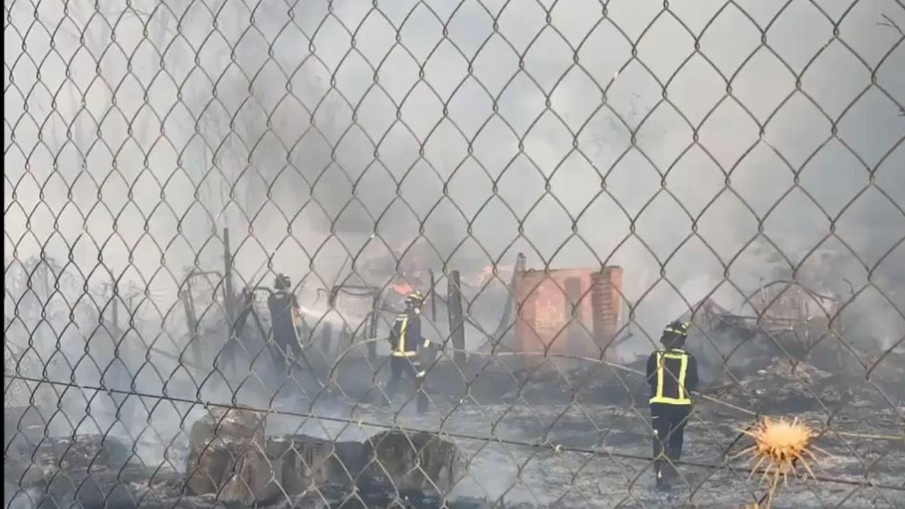 Trece dotaciones de bomberos para extinguir el incendio de pastos en Villaverde