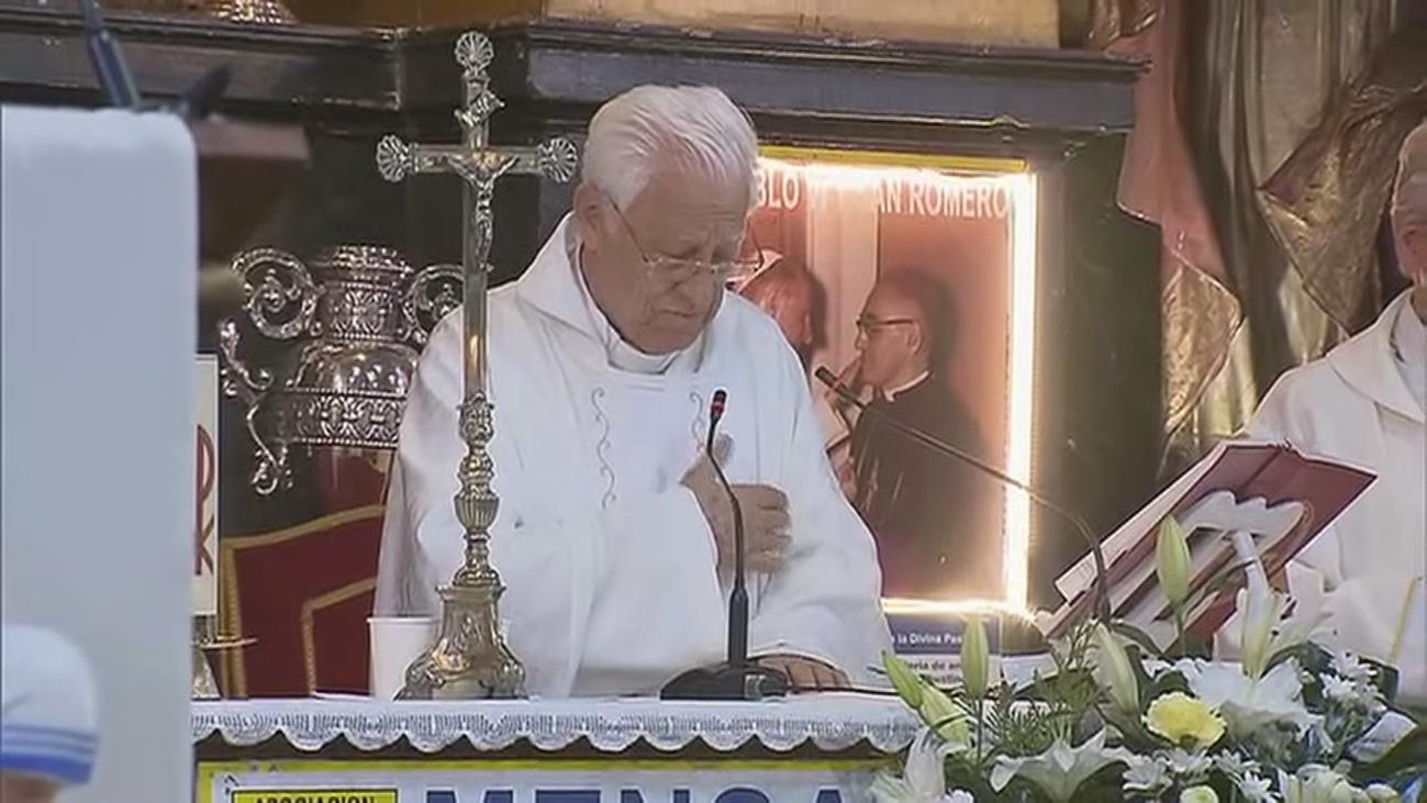 El padre Ángel oficia un funeral en la iglesia de San Antón para las 59 víctimas de Covid no reclamadas