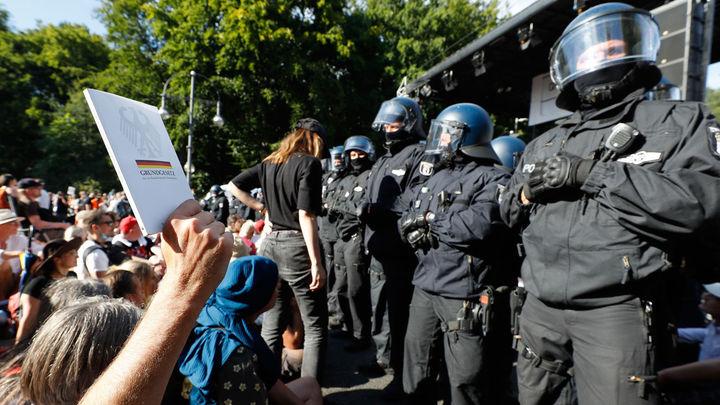 18 policías heridos en la marcha negacionista en Berlín  contra  las restricciones por la Covid