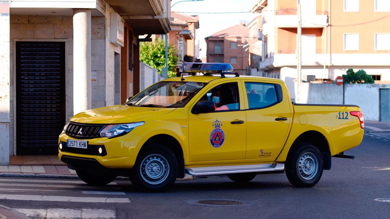 Un vehículo de Protección Civil circulando en las calles de Iscar