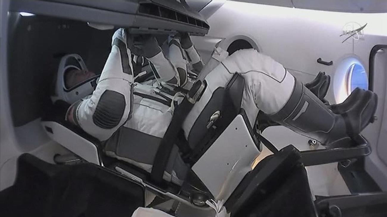 La nave tripulada Dragon Endeavour regresa a la tierra desde la Estación Espacial Internacional