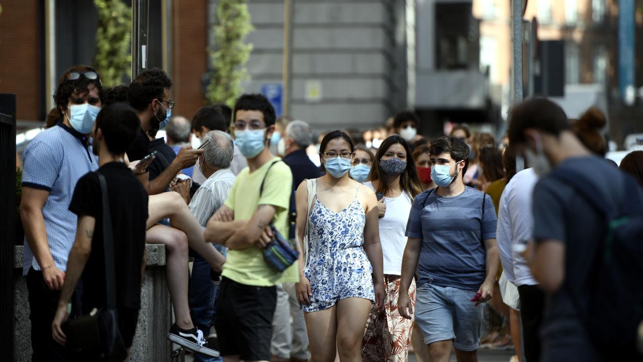 Jóvenes con mascarilla en Madrid