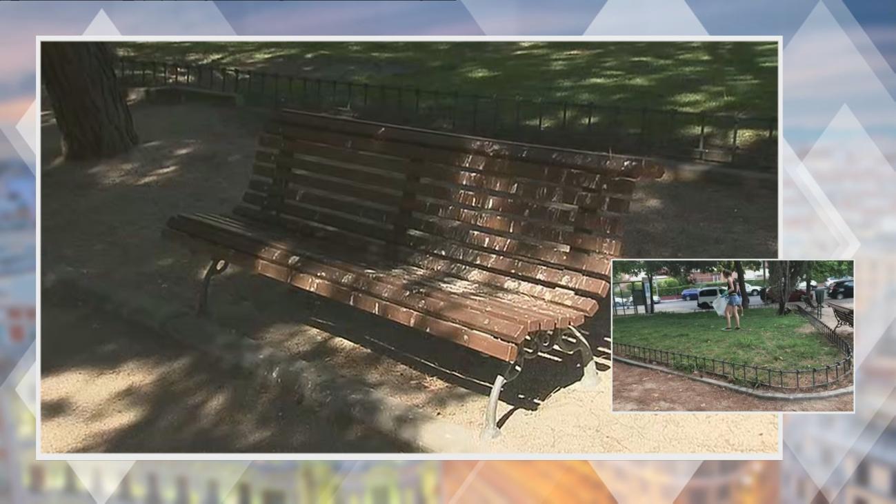 Vecinas de Ciudad Lineal limpian el parque Pablo Ráez por la suciedad acumulada