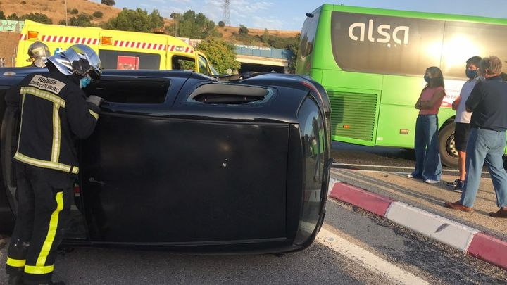 Un herido por el vuelco de un vehículo tras chocar con un autobús en Sanse